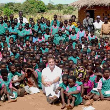 MALAWI - Patrick with kids 12-Nov-01